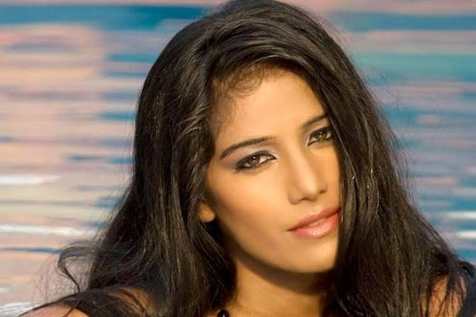 Photo of Poonam Pandey pulled over by Mumbai Police for breaking lockdown norms